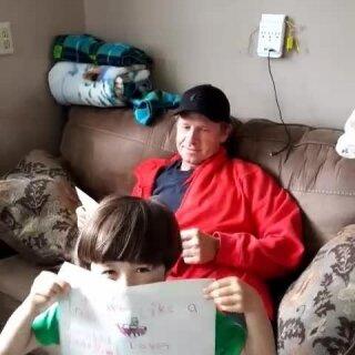 小哥俩给爸爸画了画以及写了些东西,爸爸下班回来就给爸爸看,爸爸好开心。#宝宝##最炫父亲节##两个小混混#