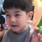 宠弟狂魔+夹娃娃高手#安吉#上线!!我安吉宝宝轻松夹起玩具qiao厉害,第一时间记得要拿给弟弟#小鱼儿#,甜甜甜!😘