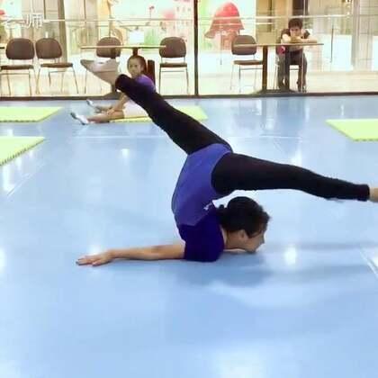 高难技巧:立体绞柱。(珍爱你的身体,请勿轻易模仿😇)评论猜对配乐的宝贝,老李会随机挑选五位加你为粉丝❤#舞蹈基本功#