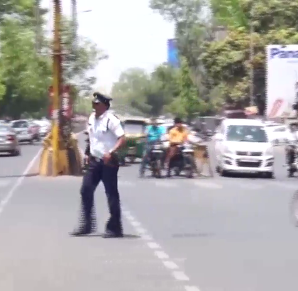 印度的交警都是怎么指挥交通的,太敬业了!给他点个赞,红绿灯的重要性!😃😃😃