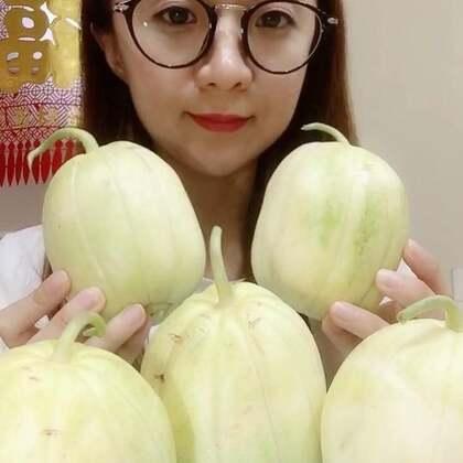 东北香瓜 脆甜脆甜的😋这个品种的种瓜真的在外地超级少见 一般就东北产 😊想吃的可以加我微信哦 #吃秀##水果##热门#希望亲们多多支持点赞评论哦 谢谢啦😊