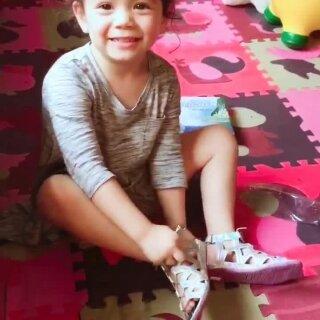 提前两个月今天收到了帅哥哥Emi的生日礼物了!冰雪奇缘Liya的最爱呀😍😁#宝宝##穿秀#