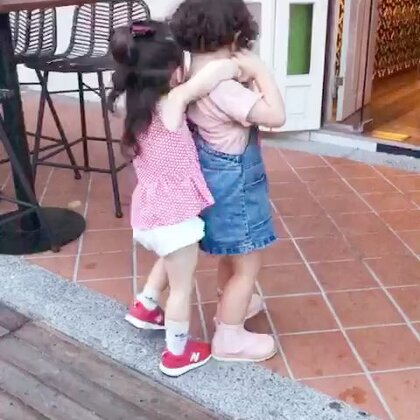 #annie和momo#超长视频!一个多月不见的小姐妹见面后玩的那叫一个high😆我不会告诉你们在她俩玩的同时我和mo妈干了瓶酒😛而且明天还打算继续。#宝宝#