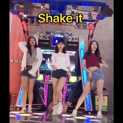 Shake it#舞蹈#面基美丽的@安安🌚 和@杨豆豆Smile 开心开心~😆蹦得十分嗨#跳舞机#@舞蹈频道官方账号 @美拍小助手 爱你们哟~~比心!!!