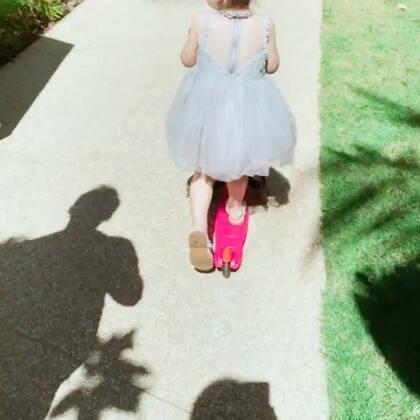 滑板车安妮公主👸早上自己拿出这件裙子,穿上后就不愿脱了,真是太美了,人见人称赞#mochichi#的这件裙子你们都入了吗😉#宝宝#