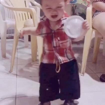 过巴西的乡巴佬节日,小孩子要画胡子还要比谁穿的土!安安都穿上了阔腿裤是时尚还是土?