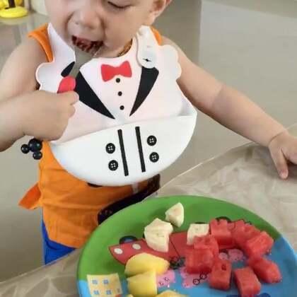 #宝宝#水果大餐😋西瓜🍉芒果🍌香蕉🍑桃子,蓝莓。一下子就看出他的喜好,优先把蓝莓先挑出来吃掉😝😝有人注意到他后面干嘛了吗😝😝😝😝#吃秀#