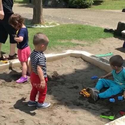 #小团子的日常##小团子#最近是怎么了?一定要把沙坑里的玩具全部弄出去,难道这是传说中的terrible 2 😭#宝宝#