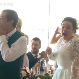 想象过婚礼现场会有偶像来唱祝福歌么?当Ed Sheeran出现在粉丝婚礼现场,并为一对新人带来他们最喜欢的歌,简直是《Sugar》MV的现实版,这就是最幸福的婚礼瞬间!#婚礼##婚礼现场#更多求婚婚礼视频,请关注微信公众号:一千次浪漫求婚(yqclmqh1000)观看~微博http://www.weibo.com/p/1005055617533688/home?from=page_100505&mod=TAB#place