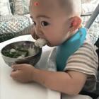 乖乖吃饭的肥俊。#宝宝#