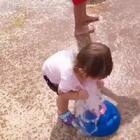 勤劳的艾比,去公园也不忘洗衣服😆 #宝宝##混血宝宝##萌宝宝##混血儿#