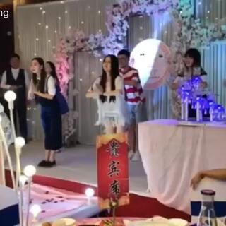 第一次在#婚礼#上跳舞,原谅我们提前一天学的#咖喱咖喱舞#一直忘动作。总之,新婚快乐💕