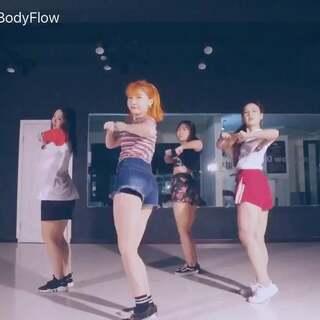 原创舞蹈BGM:Hunter 所有舞蹈除韩舞&我在韩国上课的以外都是原创😜上个舞的分解这几天就出!谢谢点赞转发的北鼻们!么么扎!笔芯!#敏雅舞蹈##株洲街舞##原创舞蹈#@敏雅可乐