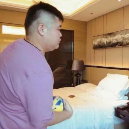酒店好无聊,自己和自己玩球吧😂