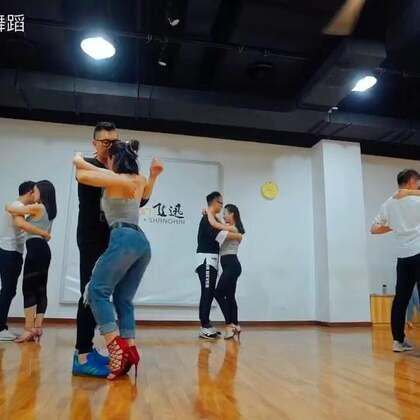 谁说中国歌不能跳最性感的双人舞bachata fusion.【阴天】你很熟的感觉有没有。适合今天的天气😘😘😘👣👣🔥🔥😜🐣