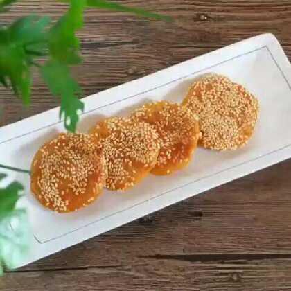 南瓜饼 里面不爱放豆沙 就是这样微甜挺好的 加上芝麻的香味 简简单单的点心#美食##家常菜##南瓜饼#