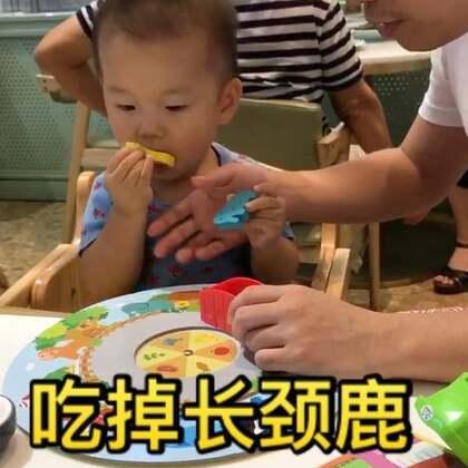 只能说爸爸尽力了,但是柚子心里只想着吃。。。。😂😂😂最近又开始新的一轮喜欢把所有东西都放嘴里,也不像小时候接受奶嘴,妈妈们有什么好方法吗#宝宝##多喵和小柚子的日常生活#