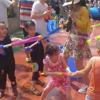 幼儿园泼水节,儿子们英雄救美了!#泼水节##双胞胎小五和六六#