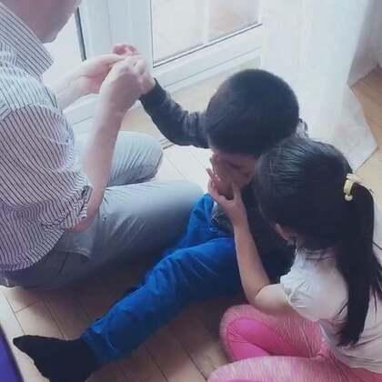 孩子在外面玩,难免会有些小状况。三少手心扎进了木刺,嗷嗷大哭,俩姐姐不停的哄着他❤️