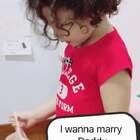 momo看到我跟爸爸的结婚照问我们那天在干什么,我说在结婚呀。然后自己跑去拿了条蓬蓬的纱裙,准备跟爸爸结婚🙈🙈🙈🙈 这个年纪的孩子真的太有意思了😂😂😂#momo和爸爸##mo成长#