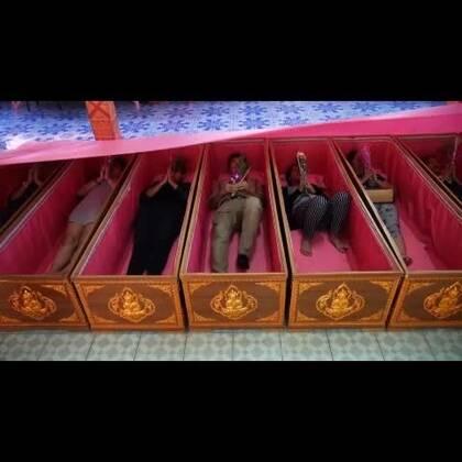 你躺过棺材吗?每年成百上千的人都去泰国躺棺材!做工精致的棺材贴满各式祝福语,活人躺进去,意味着重生!传说,有名女子为祈求爱情转运,实现愿望后,挚爱的男友却死去了…… 雷探长躺进冰冷潮湿的棺材,耳朵嗡嗡作响,感觉到有人在挠……#我要上热门##探险##旅行#