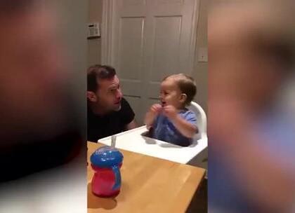 国外一个宝宝每当听到老爹开始B-box,就会兴奋地跟着老爹的节奏尽情摇摆,老爹一停他也秒停,敲可爱!😍