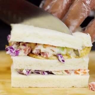 #视觉美食##美食#夏天不想吃热的怎么办?自己动手做个超有料的【蔬菜沙拉三明治】吧!营养美味还有肉噢!😁更多精彩好看的视频,尽在【四人厨】噢!老惯例,链接内有详细教程http://t.cn/RKg9YxV 👏👏👏