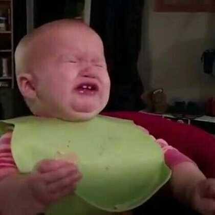 小宝宝第一次尝试新的食物,吃到怀疑人生哈哈哈😂#搞笑##宝宝#
