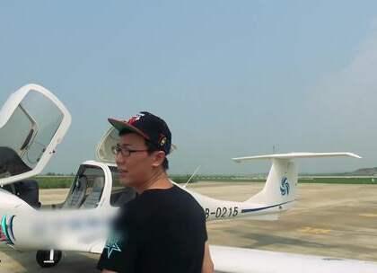 小罗坐私人飞机,万米高空飞行员突然口吐白沫昏厥!#夫妻恶搞##潮人小罗##整蛊男友#