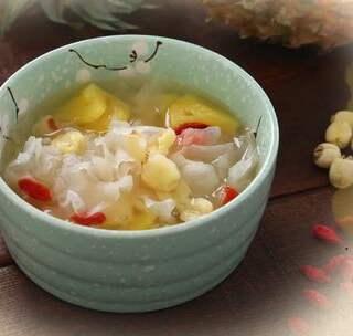 菠萝银耳羹,美容养颜去燥火。 #美食##美食总动员#