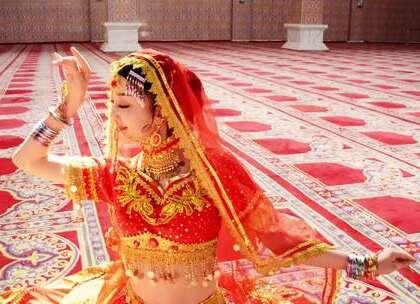 印度泰姬陵,是一位国王为了纪念因生第14个孩子死去的的爱妻而建。儿子篡位刺瞎国王双眼,连基本的眺望都成了奢望。后来人们发现,泰姬陵在水中的倒影,犹如一位戴着王冠的女子……探长走进这座陵殿,和一位身姿绰约的舞女跳了起来~曼妙的舞姿衬托着爱情的气息~#我要上热门##探险##旅行#