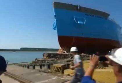 新船原来是这样下水的,太壮观了👍👍👍