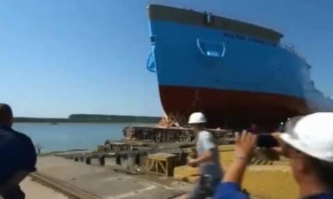 【科技原理美拍】新船原来是这样下水的,太壮观了...