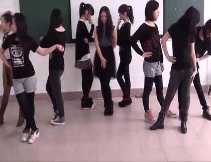 中学少女们在教室里排练节目