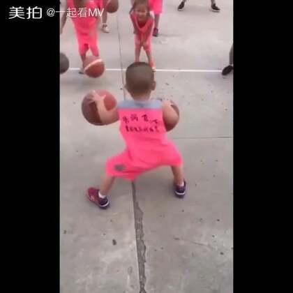 #宝宝##搞笑#重点不在于球技,而在于骚气😂@美拍小助手 喜欢请点赞+转发 更多精彩请关注微博:一起看MV