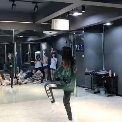 #舞蹈#EXO-Ko Ko Bop第一段分解 深夜福利 没睡的起来跳舞了😂 因为不止扒了一个位置的动作 所以可能会有一点出入 拍子不太好数 很多跟歌词的 还是对照上一条美拍多练习几遍吧 大家加油❤️
