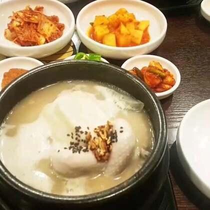 跟老公晚上吃参鸡汤,夏天吃热热的参鸡汤正是补身体的好时候,每次吃完就全身发热,体寒的人可以多一点吃,我现在每周吃一次#美食##韩国美食##韩国##韩国参鸡汤#