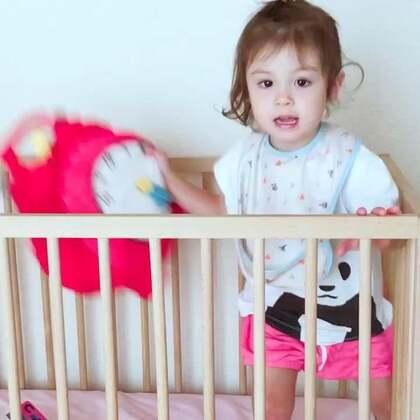 现在#小团子#越狱本领越来越高超了😂婴儿床再高的栅栏,也关不住她了#宝宝##宝宝成长记#