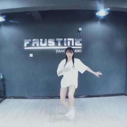 #舞蹈# may j lee编舞1+1=0 男团跳多了 学生说我跳这个好娘炮😂 这件可爱的小菠萝短袖是我自己淘宝店里的 不要问我要链接 自己去店里拿😂 店名DoubleD潮服studio http://t.cn/RoiGdqq