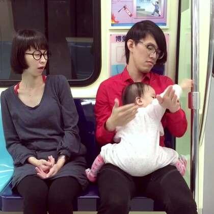 不知不覺已經滿兩年了...回顧一下我們帶小孩的歡樂時光!我們的微博剛開通:http://www.weibo.com/momanddad 歡迎來關注我們!😜😜😜 #逗比##搞笑##寶寶#