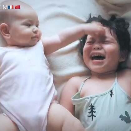 姐妹俩日常,妹妹很喜欢姐姐开心到不停舞蹈😂,姐姐也是好脾气,妹妹手劲并不小啊!😅#宝宝##混血宝宝#