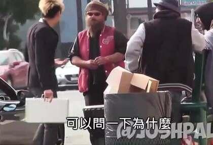 老外街头测试,一个装了十万美元的箱子遗失路边,路人会怎么做,最后路人竟然直接抢.😃😃😃
