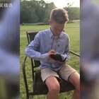 美国小男孩Xavier患有先天性色盲,在他的世界里只有黑白灰三色,在他十岁生日时收到了一份特殊的生日礼物,这份礼物改变了他的世界😭#全球搞笑精选#