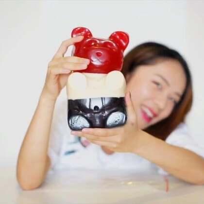 十公斤超大熊软糖🙊🙊大王来挑战一口气吃下熊二啦🎊🎊然而又是一场要持续一年的挑战了💊小的们赞过10万大王就直播开始熊软糖的挑战啦,而且会在点赞和评论里抽10个小的送小型熊二,大的送不起🙈不赞不是中国人✌