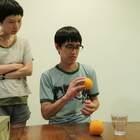 在家找不到工具做柳橙汁?可以嘗試看看這麼做...😂😂😂 快來關注我們的微博:http://www.weibo.com/momanddad #逗比##搞笑##寶寶#