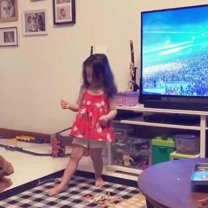 新加坡国庆,晚上看庆祝晚会,好多次音乐响起annie就情不自禁的站起来跳舞,我想说幼儿园里到底是重复了多少遍这些歌啊,这孩子都会跟着唱一些了😆#宝宝#