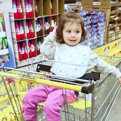 #小团子日常#在超市无聊到玩头发😂#混血萝莉##宝宝#