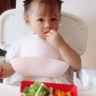 早餐😋西蓝花胡萝卜番茄虾皮蒸鹌鹑蛋糕➕玉米骨汤🍲蔬菜焯熟切碎加入蛋液蒸几分钟,这样蛋不会太老,嫩嫩的好吃😋宝贝吃太急还是弄碎了凉的快,有时候勺子用的挺好有时候又不用,就喜欢用手抓着吃😅吃的认真之余偶尔还互动一下😬#宝宝辅食实验室##宝宝辅食##宝宝#15+24