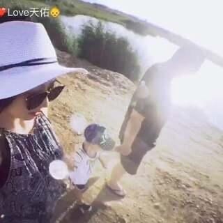 #Love佑❤34个月#🎥拍于2017-07-08 #嘉峪关草湖国家湿地公园#去年还能开车进去,今年对湿地进行保护,只能把车停外面徒步走进去…可惜沙山走不进去,我们玩水,看美景,在捡石头丢,很开心的周末#宝宝##天佑家的日常#