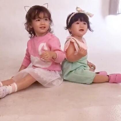 两姐妹一起拍鞋子#宝宝#